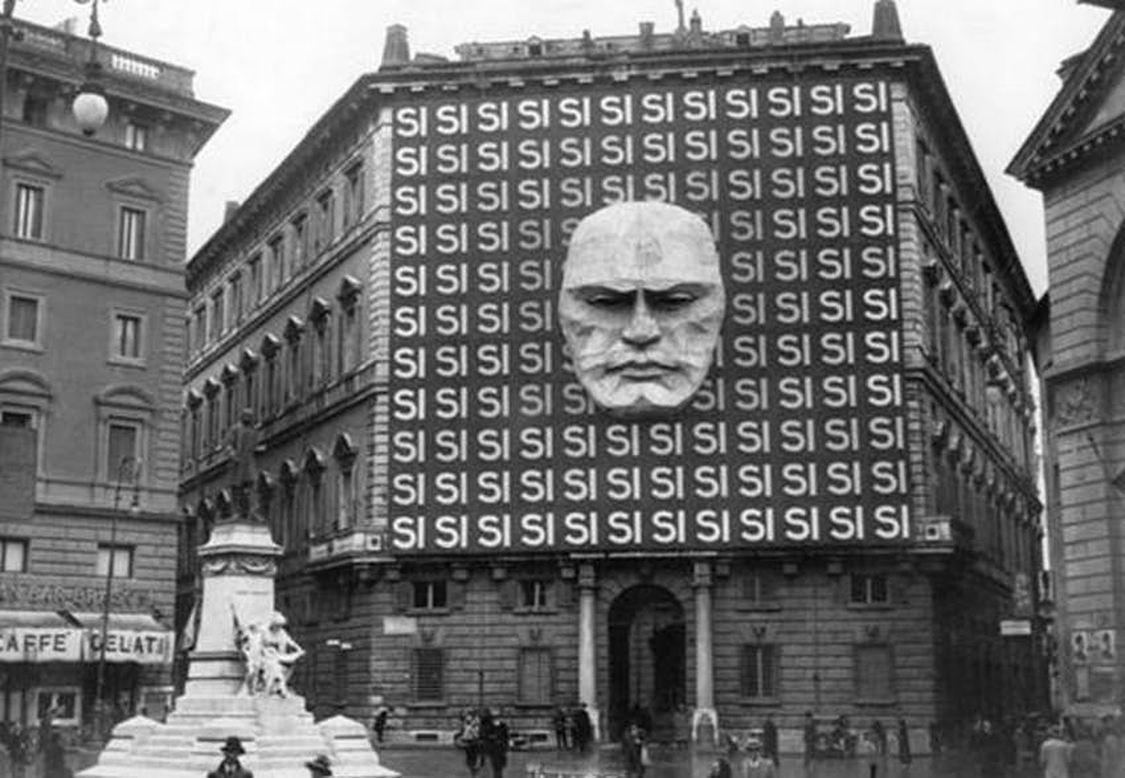 Sedež fašistične stranke s portretom njenega voditelja