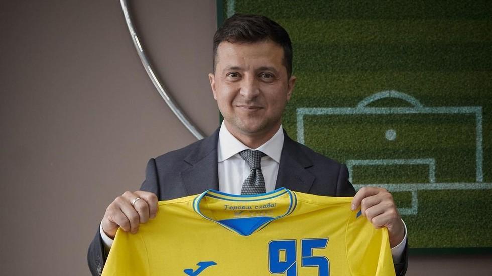 Ukrajinski predsednik s sporno majico  Vir: RT