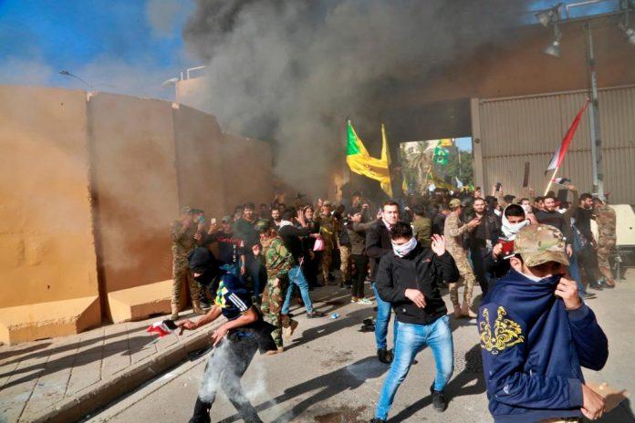 Množica v veleposlaništvu ZDA v Iraku
