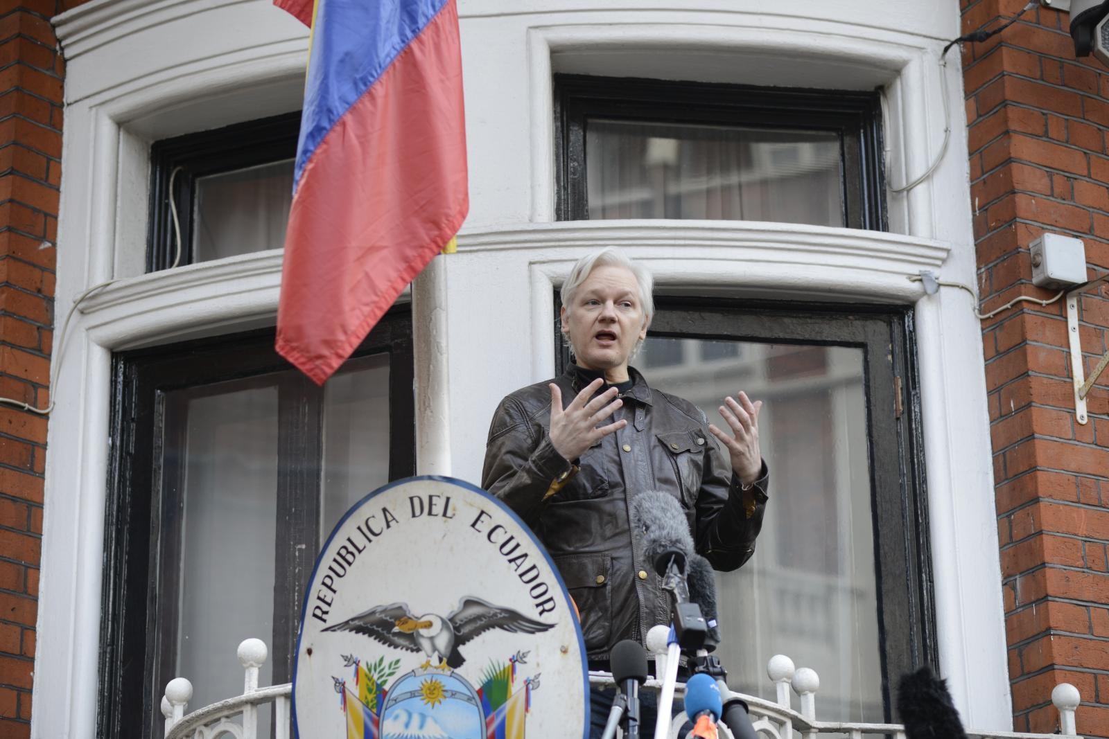 Assange v svojem neprostovoljnem domovanju v Londonu