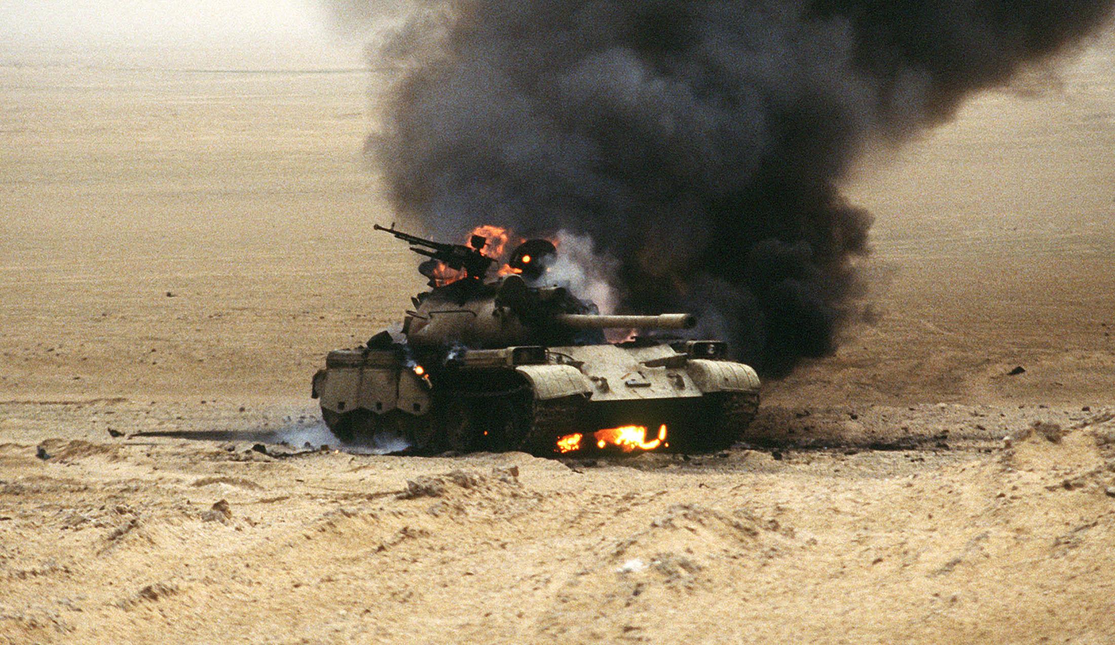 Goreči iraški tank med operacijo Puščavski vihar Vir:Wikipedia