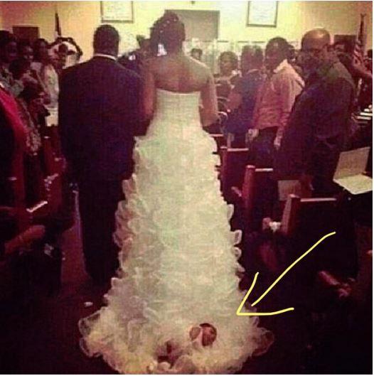 Dojenčica pritrjena na vlečko svoje matere. Vir: Reddit
