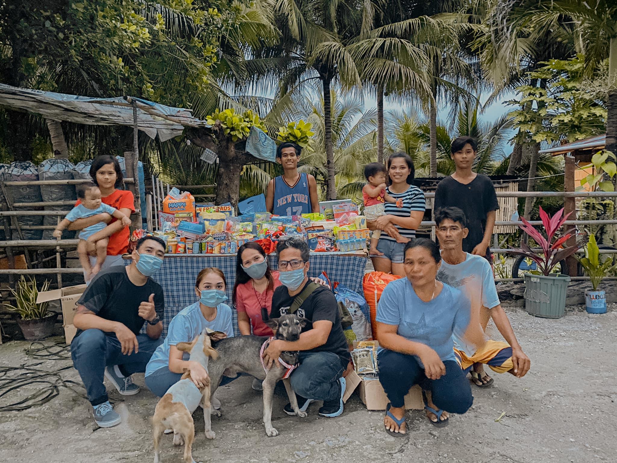 Filipinska družina psa heroja z donacijami  Vir:Hope for Strays
