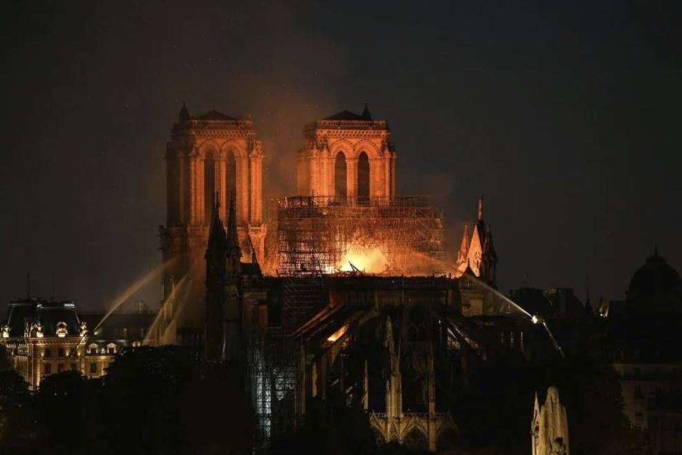 Notre Dame, gašenje ponoči Vir:Twitter