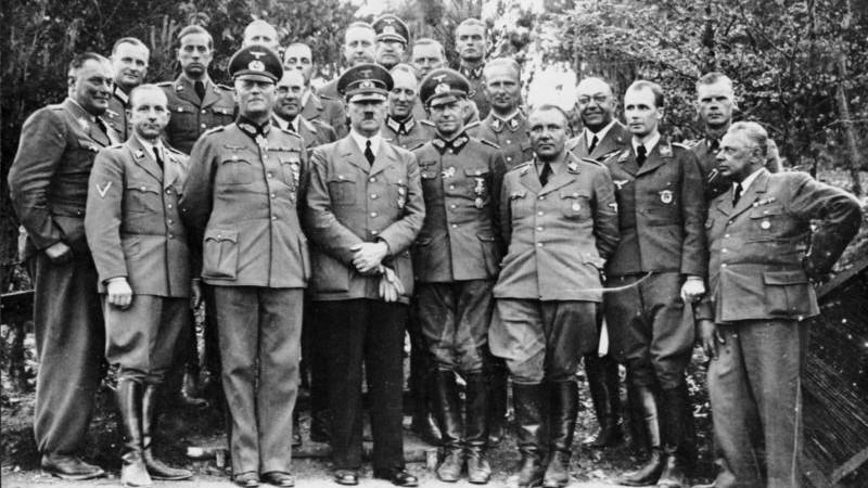 Hitler in vojaški vrh v Volčjem brlogu