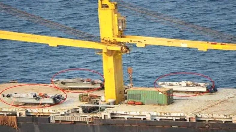 Iranska ladja s hitrimi čolni