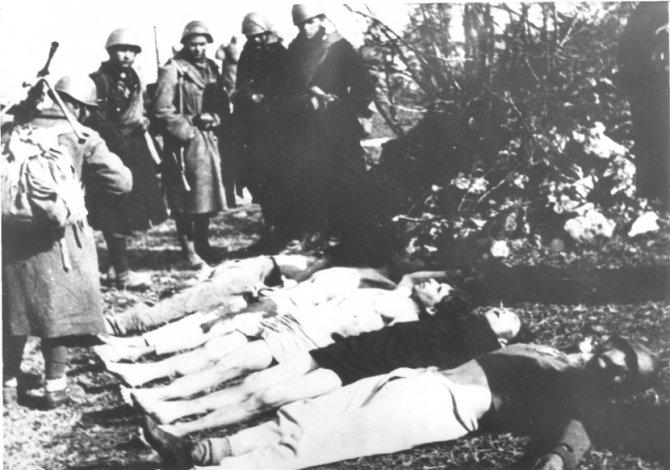 Italijani se slikajo po poboju v Sloveniji