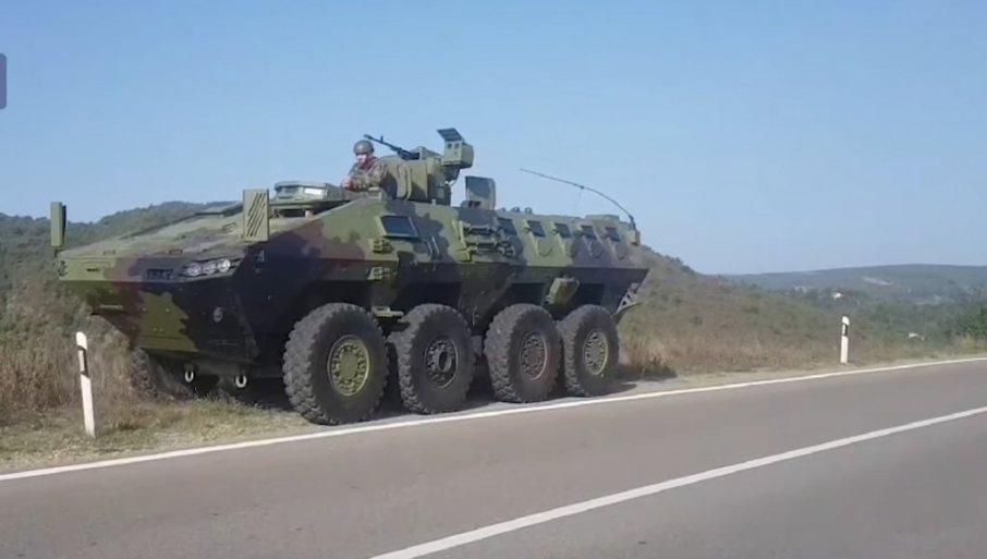 Oklepnik srbske vojske blizu Jarinja  Vir: posnetek zaslona