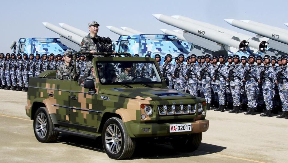 Kitajski predsednik Xi Jinping med pregledom raketnih enot  Vir: Xinhua, posnetek zaslona