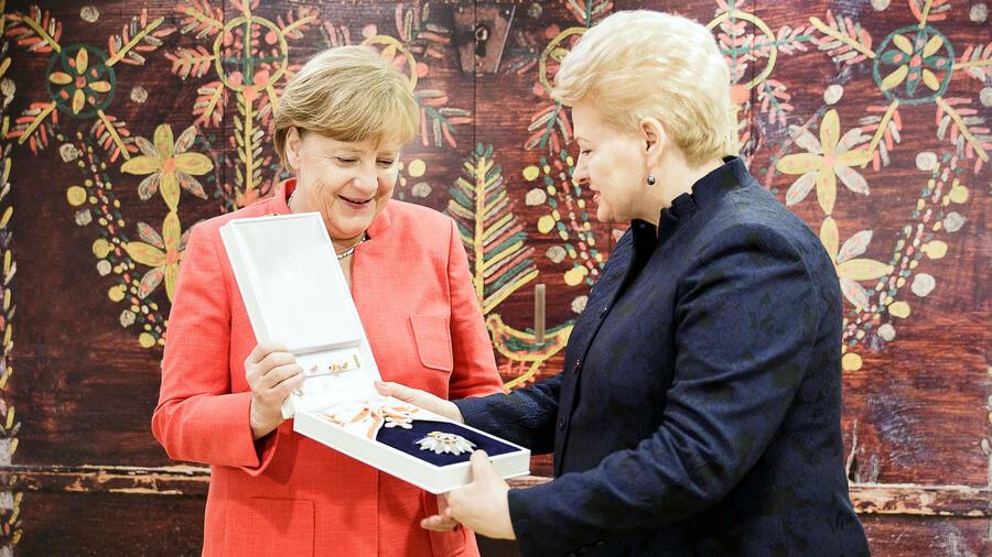 Litovska predsednica odlikuje Merklovo Vir: Twitter