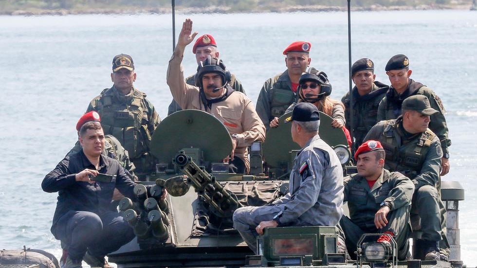 Nicolas Maduro z vojaki Vir:Twitter
