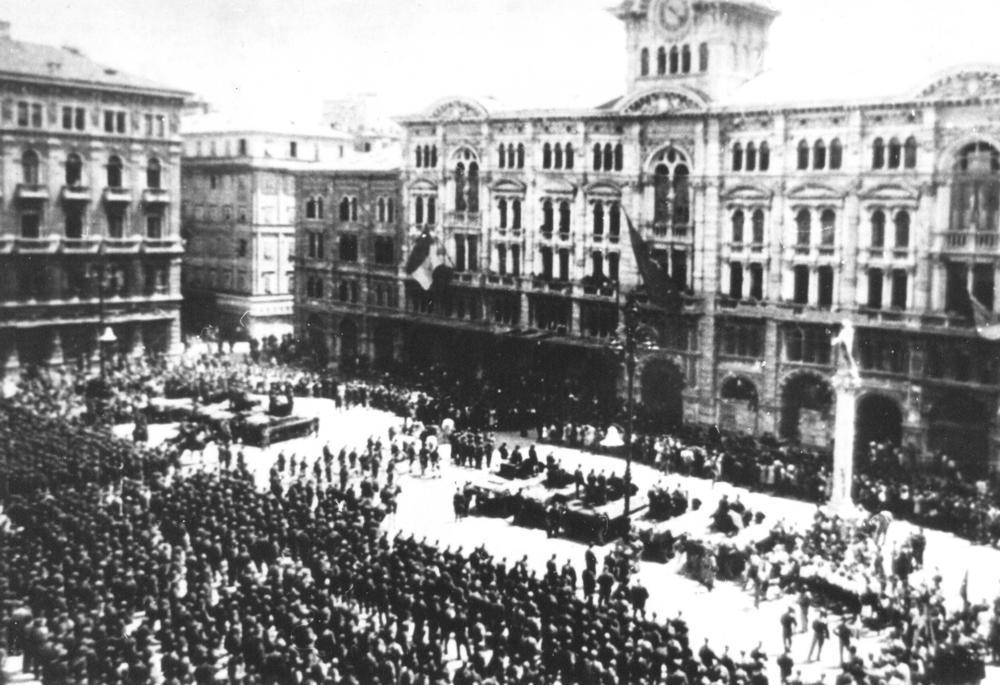 Postroj enot NOVJ v osvobojenem Trstu maja 1945