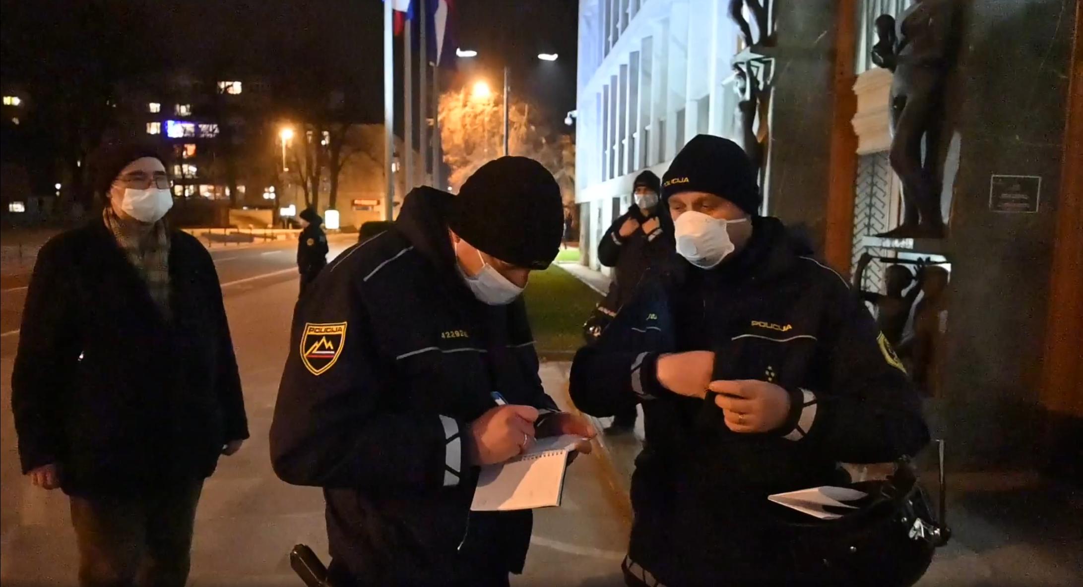 Pesnik Boris A. Novak (skrajno levo), policista popisovalca osebnih podatkov pesnika in pesem Izdajalci z veliko začentico P v policistovi čeladi (skrajno desno). Vir: Posnetek zaslona, Facebook