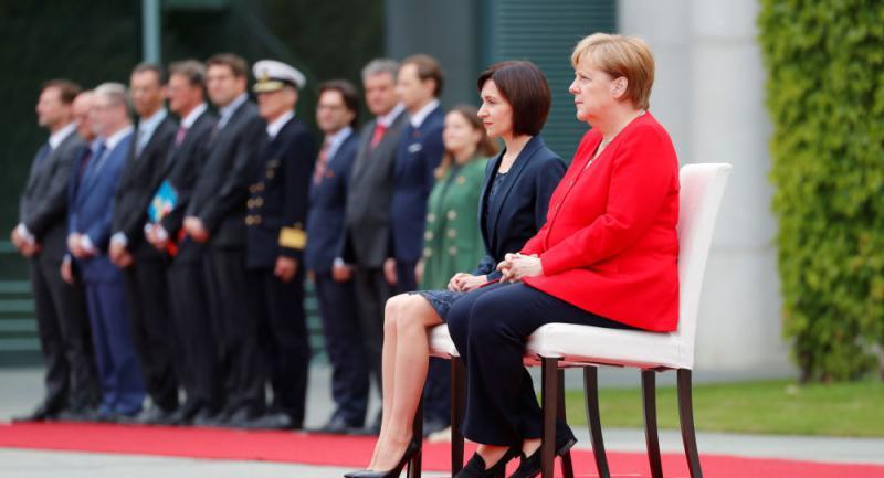 Nova kršitev protokola: Angela Merkel tudi moldavsko predsednico vlade pričakala sede na stolu
