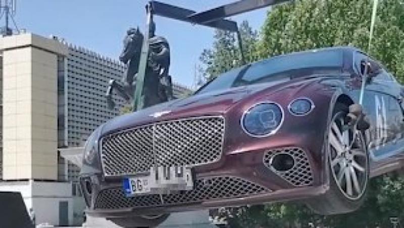 Albanska svoboda govora: Napisal, da je Kosovo Srbija, za kazen so mu zaplenili Bentley