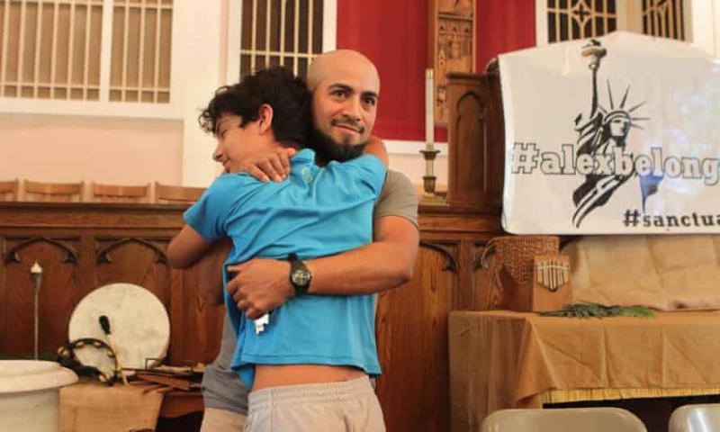 Begunec po štirih letih zapustil zatočišče v cerkvi in se ponovno združil s svojo družino
