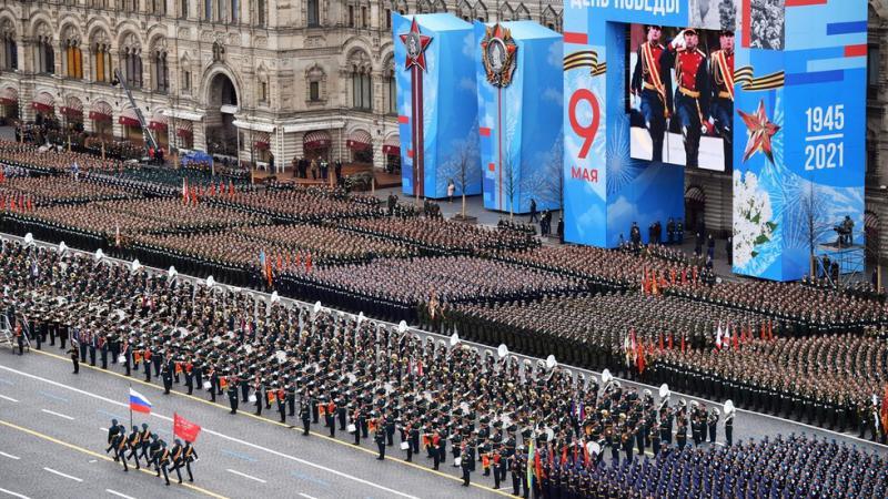 Rusija dan zmage praznuje z veliko vojaško parado, prikazanih 190 orožij, tudi »robotski tanki«, preizkušeni v Siriji