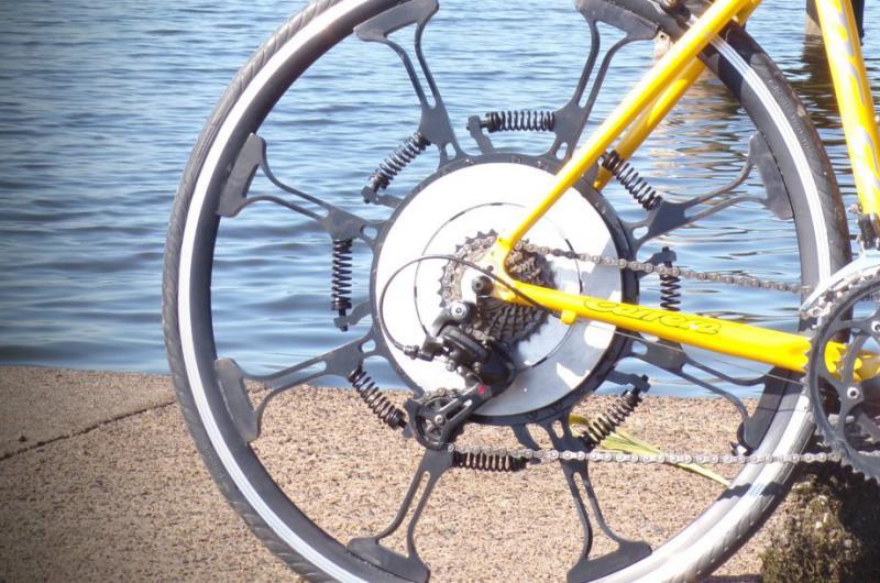 »Super kolo« na vzmeti – poceni alternativa e-kolesom?