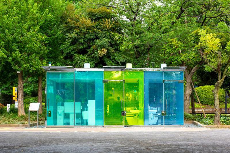 Genialno: Kako so javna stranišča s prozornimi stenami v parkih nepričakovano postala novi hit
