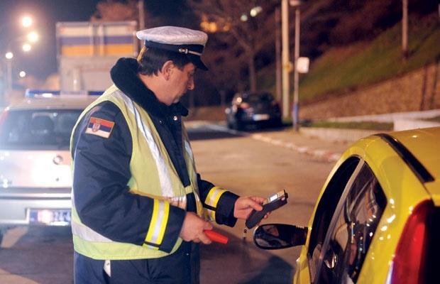 Alkotest aktiviral tudi brez pihanja: za volanom s 4,21 promila alkohola