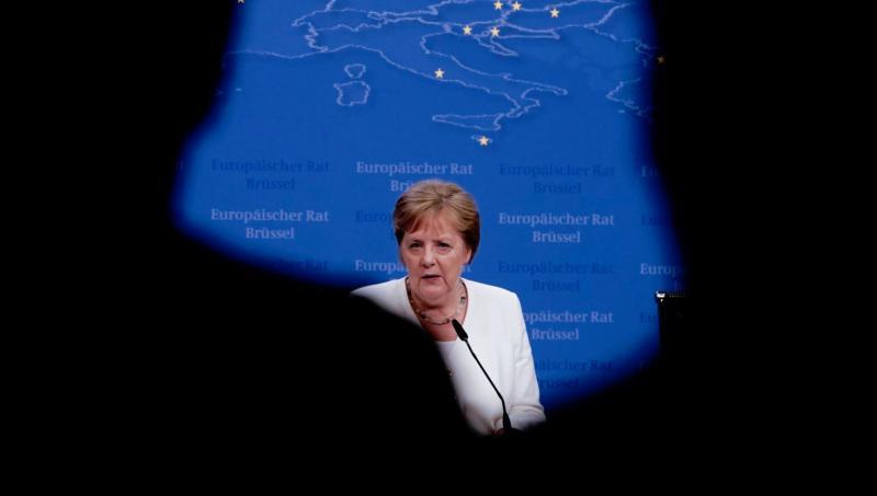 Škandal v črnogorskem parlamentu: poslanci se na mrtvo skregali zaradi tresavice Angele Merkel?!