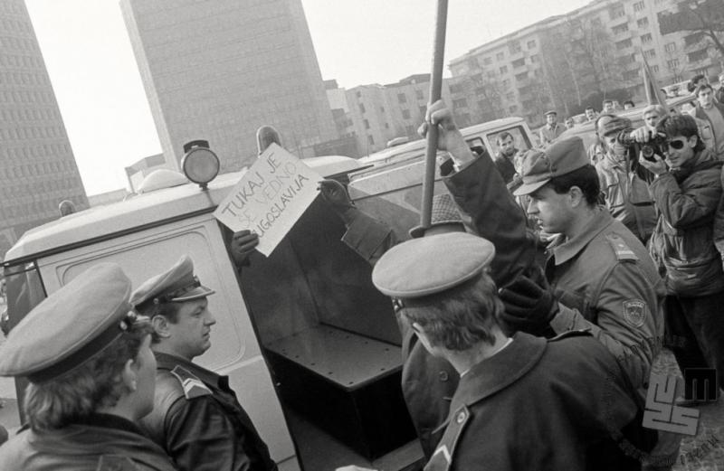 Kako so propagandisti janšističnega režima iz slovenske policije naredili strankarsko gardo
