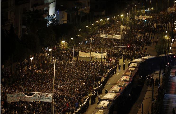 »ZDA, NATO in njihova oporišča - ven!« Na obletnico zadušitve vojaške diktature na tisoče Grkov šlo na ulice