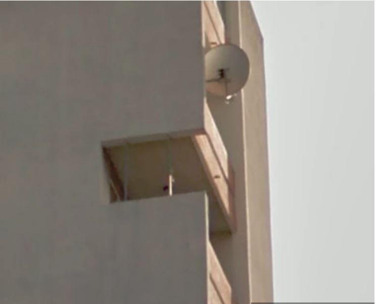 Fotka balkona postala hit na svetovnem spletu: predrl zid na stavbi, da bi imel lepši razgled …