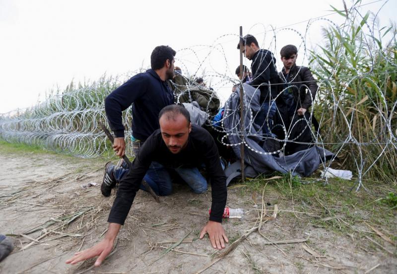 Prav nič jih ne ustavi: migranti kopljejo dolge tunele in uspešno preskakujejo najvišje ograje