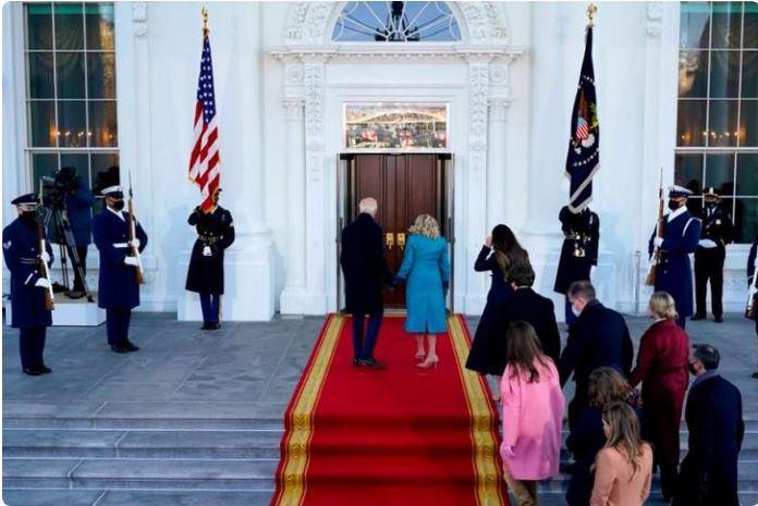 »Spustite nas noter«: je za incident, da sta Bidnova postopala pred zaprtimi vrati Bele hiše kriva hudobija Donalda Trumpa?
