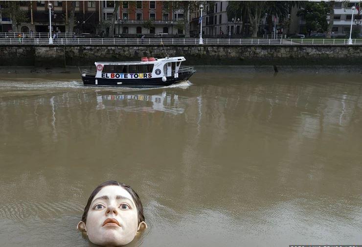 Sredi mesta vzniknil grozljiv prizor: Domačini jezni zaradi dekleta, ki se utaplja v reki. A je vse tako, kot se zdi?