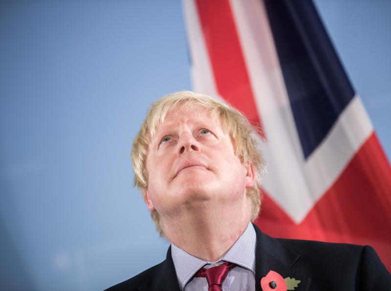 Kako bi Boris Johnson svoj zgodovinski poraz lahko na koncu spremenil v - presenetljivo zmago?