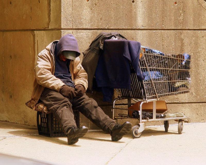 Izvoz brezdomcev: Mestne oblasti brezdomcem ponujajo »pogodbeno enosmerno vozovnico« v evropske države