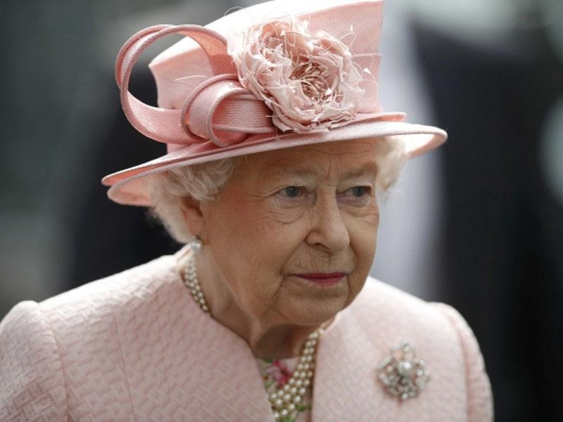 Kraljica Elizabeta bo razstavila protokolarna darila