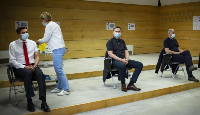 Nemoralno: Kako so Kacin, Janša in drugi politiki preskočili vrsto za cepljenje in to nato poskusili »zamaskirati«
