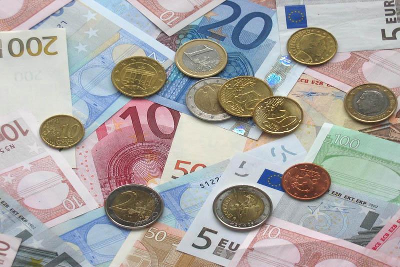 Povprečna plača za junij na mesečni ravni nominalno navzgor, realno navzdol