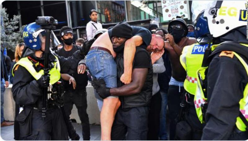Zakaj je temnopolti protestnik med nasilnimi demonstracijami rešil najhujšega sovražnika, ultradesničarja?