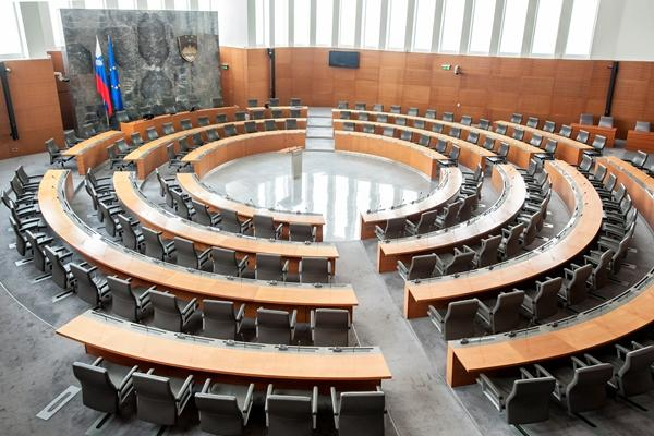 Državni zbor z 52 glasovi za in 31 glasovi proti potrdil 14. slovensko vlado. Prva naloga: boj s koronavirusom