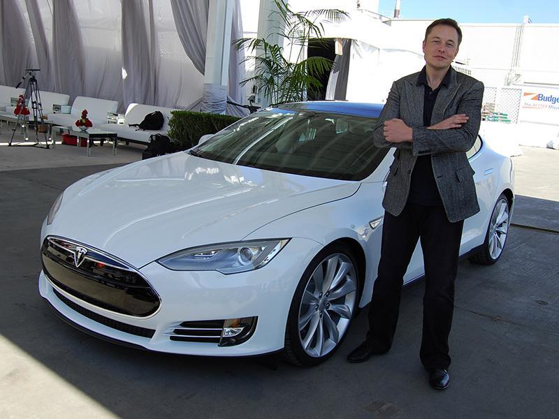 Elon Musk predlaga umik delnic Tesle z borze