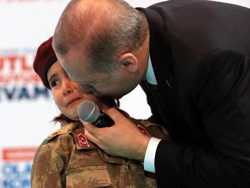 Turški predsednik je deklici postavil strašno vprašanje, zaradi katerega je planila v jok