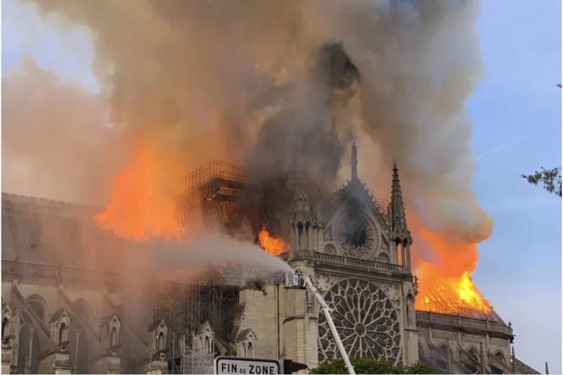 Katastrofa: ogenj uničil streho in notranjost cerkve Notre Dame, so vsaj največje relikvije rešene?
