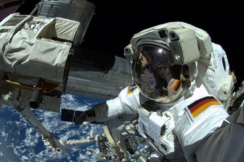 Evropski astronavt po trku meteorita s prstom zamašil luknjo na mednarodni vesoljski postaji