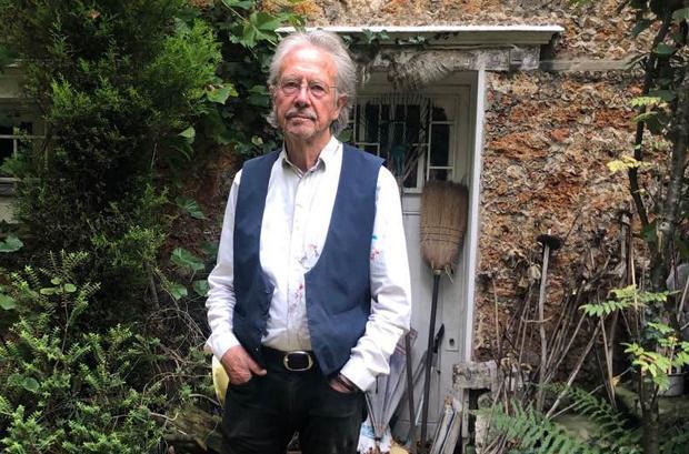 Peter Handke o novinarjih: »Povabil sem jih not, moral pa bi jih postaviti pred vrata«