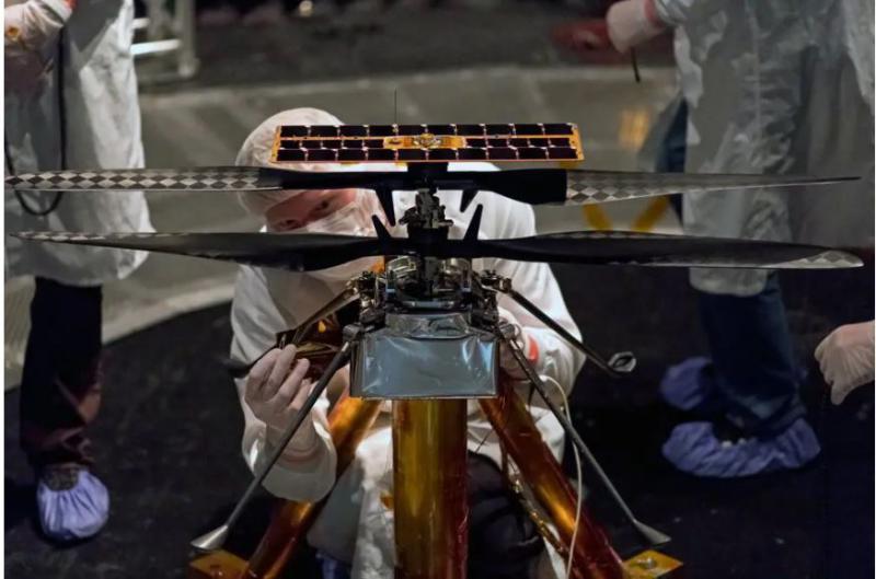 Prvi nezemeljski helikopter si na marsovskem Jezeru že polni svoje baterije