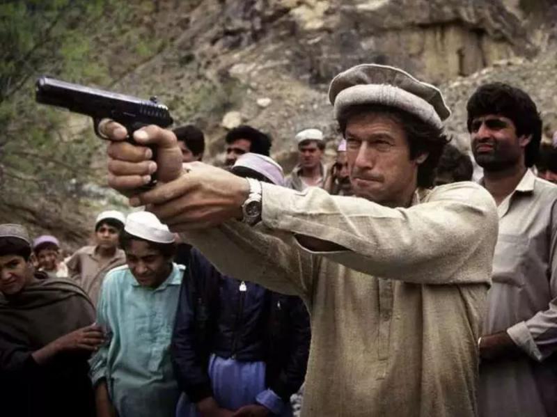 Tuja roka v zmagi talibanov: Desetletja so zavezniki ZDA, a so na skrivaj pomagali ameriškim sovražnikom