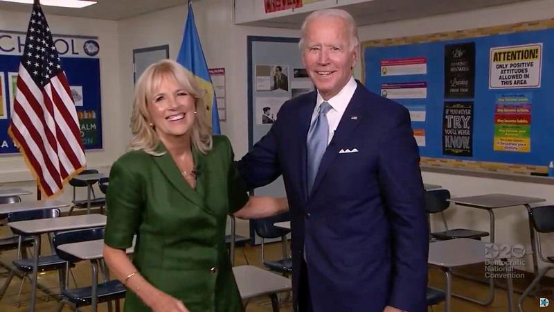 Humor se vrača v Belo hišo: Biden Trumpu z napisom na kapi odgovoril na slogan »Naredimo Ameriko znova veliko!«