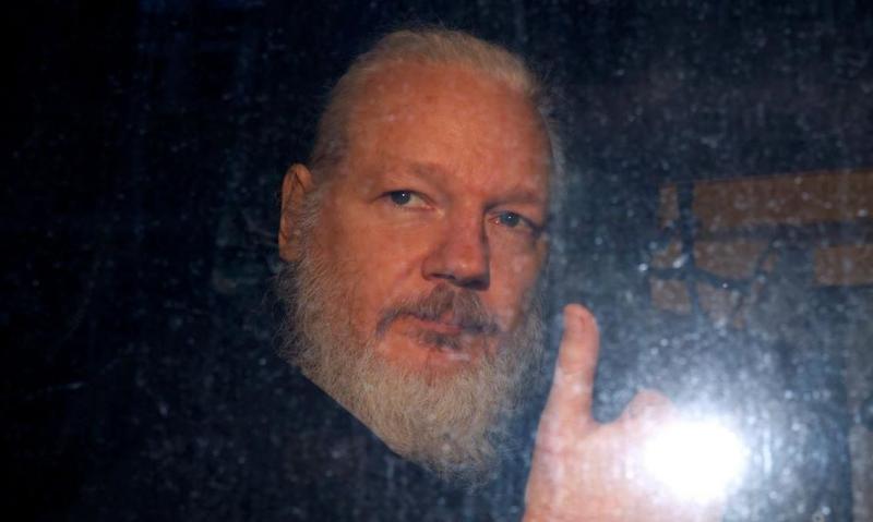 Po sramotni odločitvi britanskega notranjega ministra Assange opozarja: »Na kocki je 175 let mojega življenja«