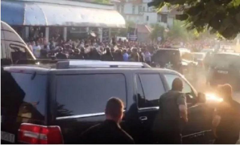 Kamenjanje: protestniki napadli konvoj avtomobilov albanskega premierja Rame, vozila trčila v ljudi ...