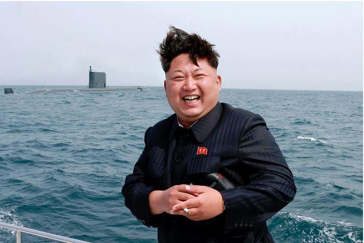 Šokantno: Diktator sedi ves nasmejan, okoli njega gruča deklic. Zaradi ene podrobnosti pa so vsi zgroženi …