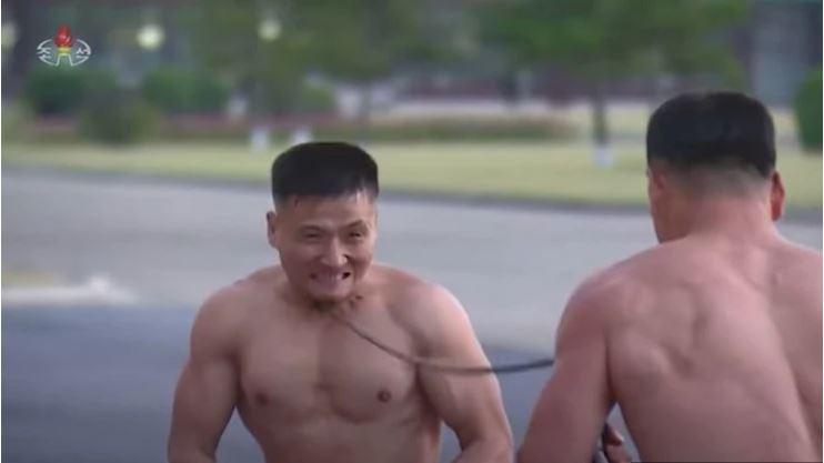 Kimovi ljudje iz jekla: Odbita ekshibicija severnokorejske vojske - z golimi rokami in glavo lomijo bloke